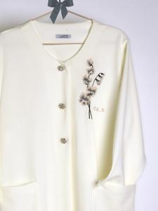 Bata pique con elegantes botones y motivo floral