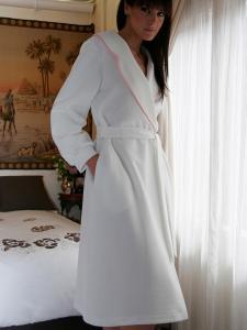 Elegante bata pique de mujer con raso