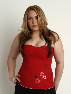 Senciilo corset rojo con flores y mirada